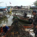 Karena Cuaca Buruk Nelayan Di Cirebon Memilih Kerja Serabutan Daripada Melaut