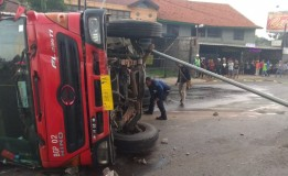 Diduga Rem Blong, Truk Tangki BBM Terguling di Bandung