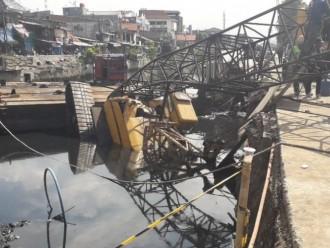 Sebuah Crane yang Tengah Pasang Turap di Kemayoran Roboh
